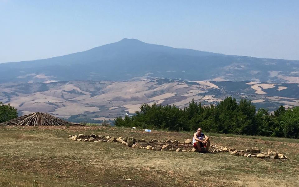 Il Terzo Paradiso con alle spalle il Monte Amiata