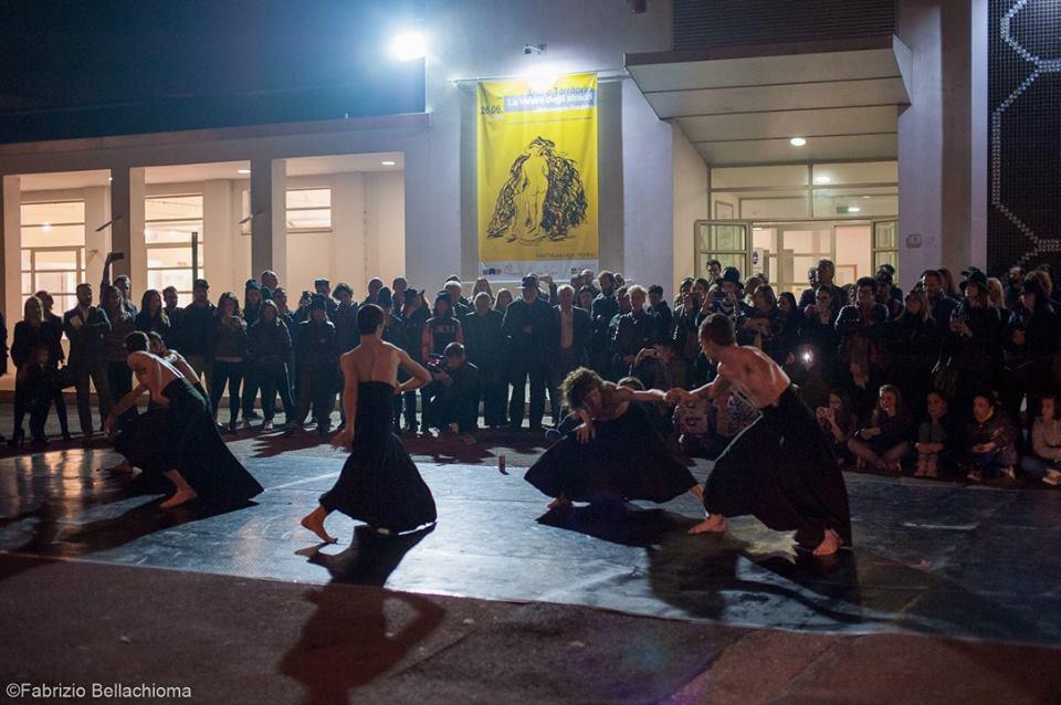 Performance di danza Ri/FLESSIONE, coreografia di Laccio